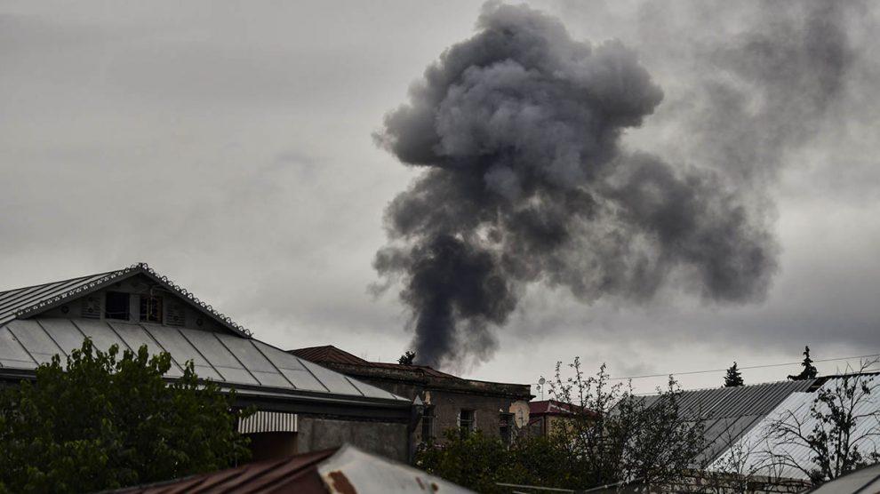 El humo de las explosiones cubre la ciudad de Stepanakert, en Nagorno-Karabaj.