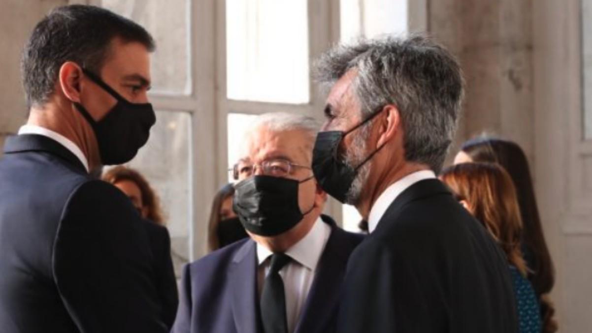 Pedro Sánchez conversa con Carlos Lesmes.