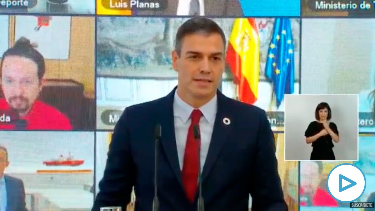 Iglesias 'colándose' en el plano de Pedro Sánchez en plena presentación.