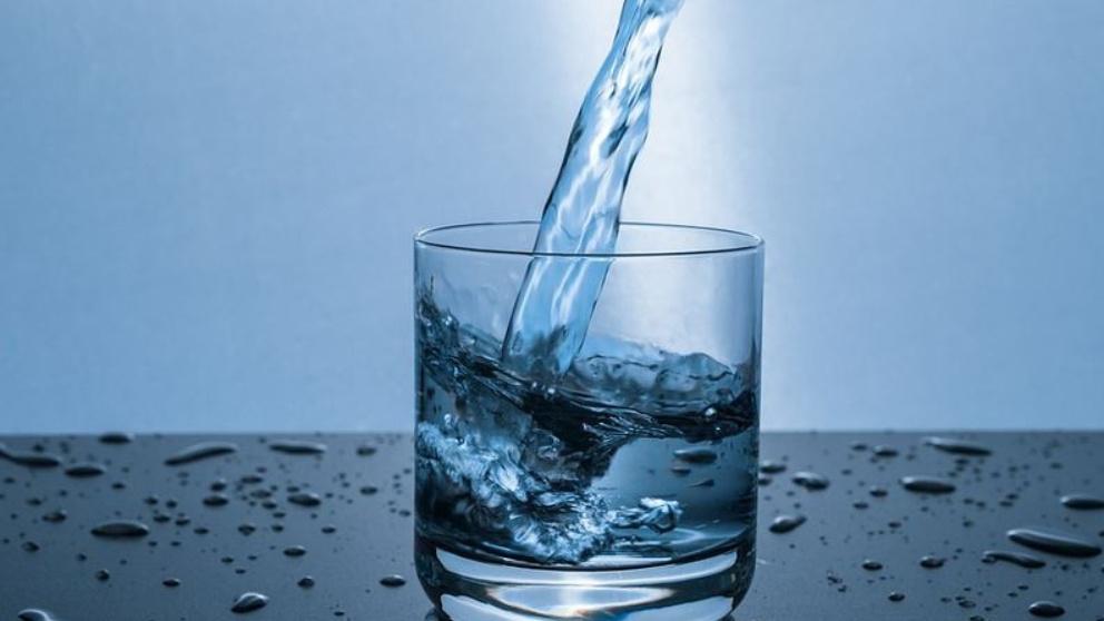 ¿Qué tipos de agua embotellada existen y cuáles son más saludables?