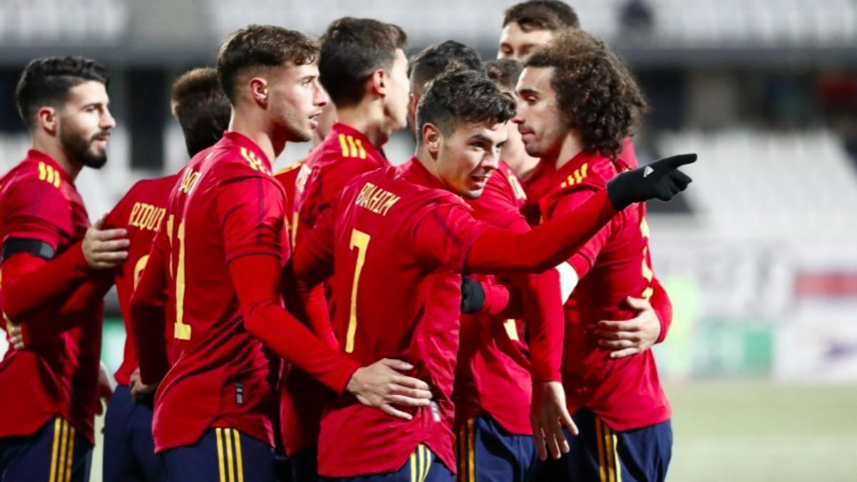 Los jugadores de España se abrazan tras un tanto. (@SeFutbol)