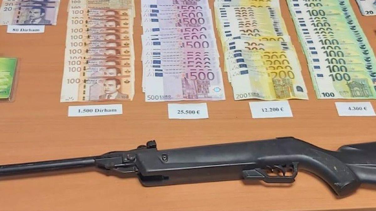 Arma y dinero incautados