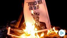 Separatistas queman fotos del Rey horas antes de su llegada a Barcelona. (Foto: EFE)