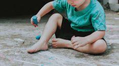 A los niños les encanta jugar con tizas
