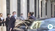 Pablo Iglesias, llegando al Senado en coche oficial, se aferra al cargo y no dimite. (Fuente: Imágenes La Sexta)