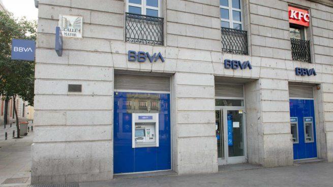 BBVA cobrará 2 euros por sacar efectivo en ventanilla y aumenta comisiones en su cuenta nómina
