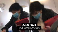 Isabel Celaá ocupando su plaza en el avión