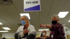 Dos mujeres depositan su voto a distancia para las elecciones 2020 en Estados Unidos. Foto: EP