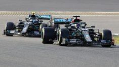 Hamilton y Bottas durante la clasificación del Gran Premio de Eifel con Mercedes. (AFP)