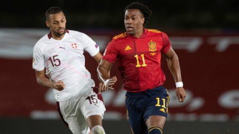 Adama Traoré, durante un partido con España. (EFE)