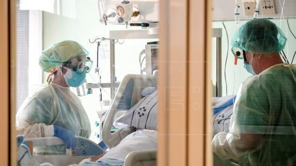 Sanitarios atienden a un enfermo de Covid.