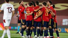 Los jugadores de España celebran el gol de Oyarzabal a Suiza. (EFE)