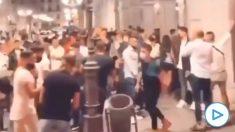 Desfase juvenil en la calle Ángel Ganivet de Granada.