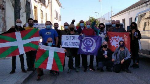 El etarra Ibon Muñoa, con miembros del colectivo Etxerat, tras salir de prisión. (Foto: EP / Etxerat)