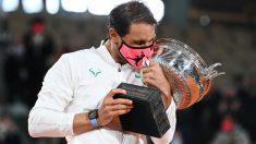 Nadal besa el trofeo de Roland Garros. (Getty)