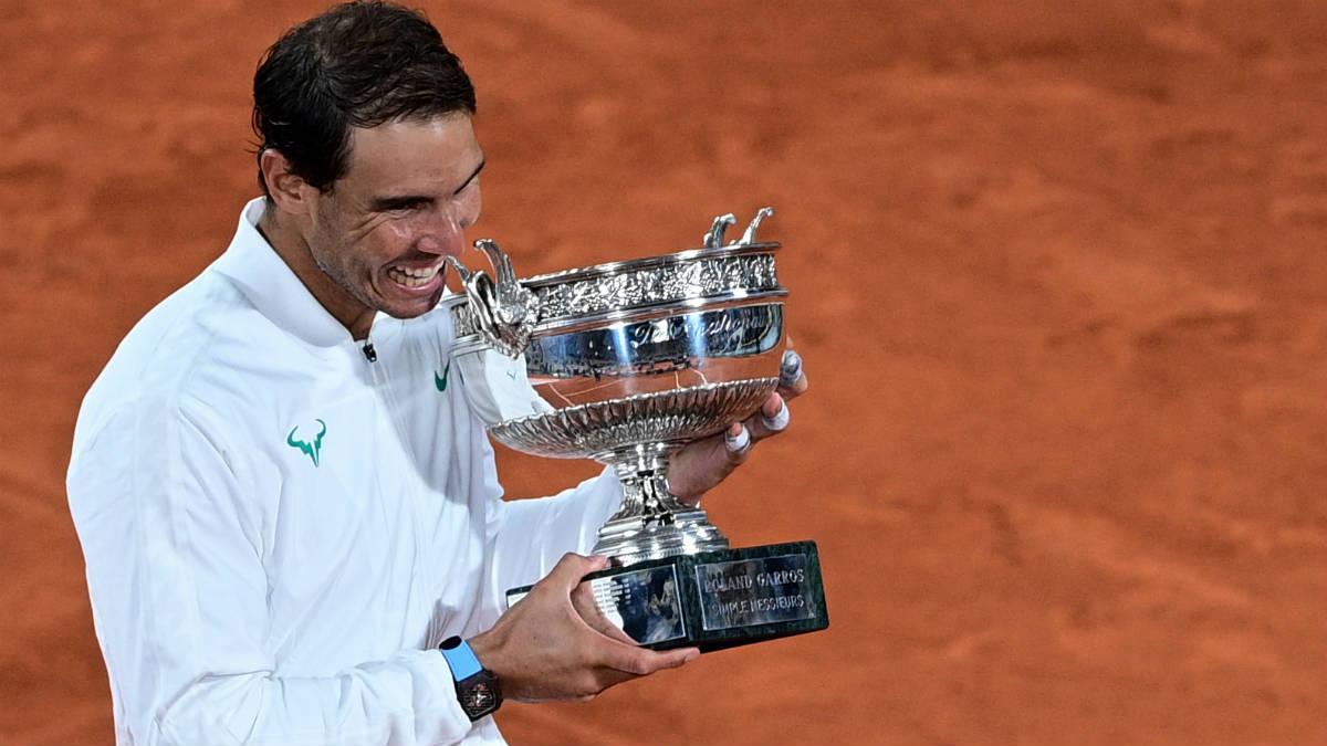 Rafa Nadal posa con su decimotercer Roland Garros. (AFP)