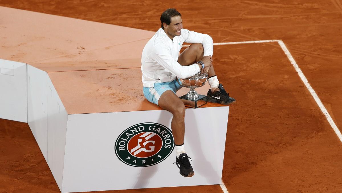 Rafael Nadal, con el trofeo de campeón de Roland Garros.