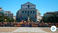 Ciudadanos apoyando al Rey Felipe frente al Palacio Real en la Fiesta Nacional