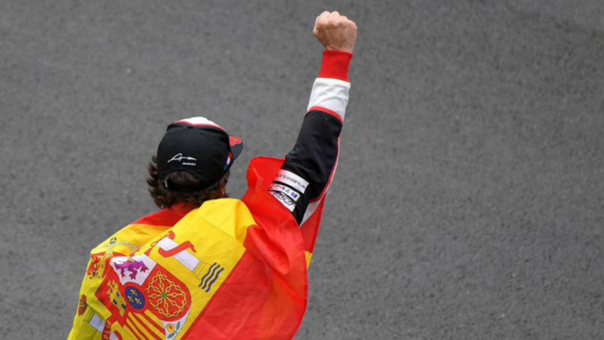 Fernando Alonso, en una imagen con la bandera de España.