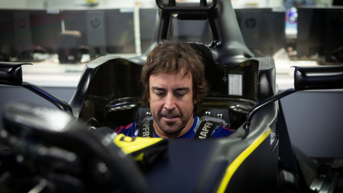 Fernando Alonso subido al Renault. (@RenaultF1Team)