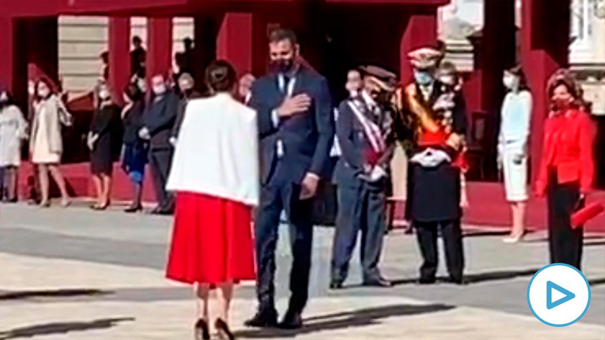 Pedro Sánchez saluda a Isabel Díaz Ayuso en el Palacio Real