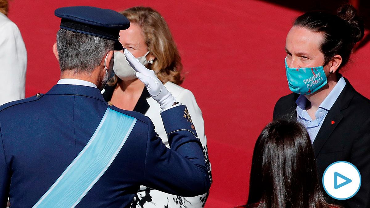 El Rey saluda a Pablo Iglesias, en el acto de la Fiesta Nacional.
