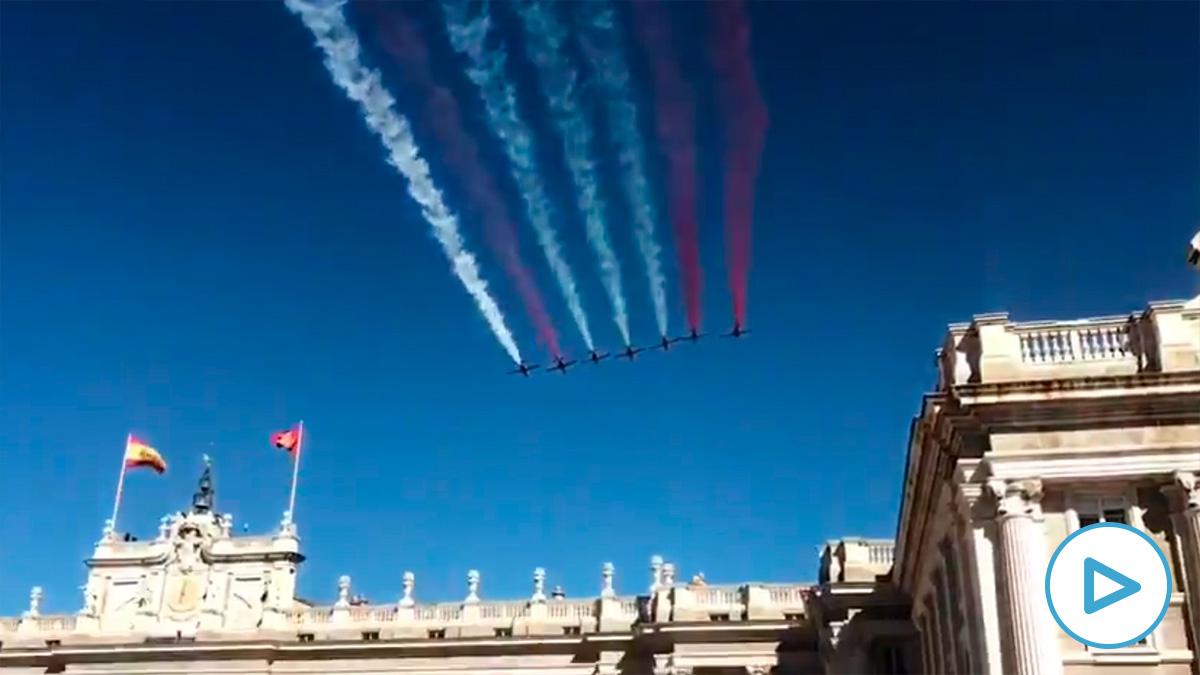 Paso de la Patrulla Águila sobre el Palacio Real durante la Fiesta Nacional.