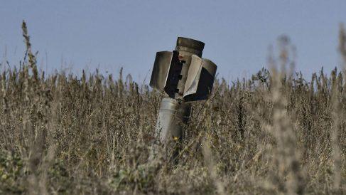 Un misil sin explotar caído este lunes en las afueras de Stepanakert, la capital karabají.