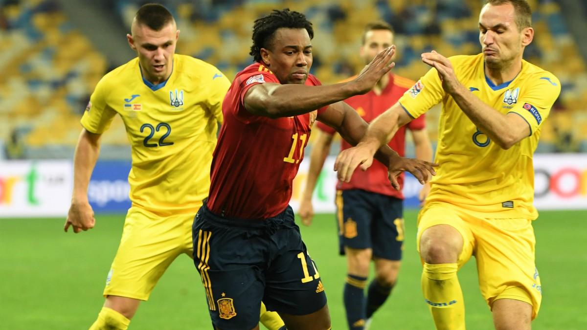Adama Traoré, durante un partido ante Ucrania. (Getty)