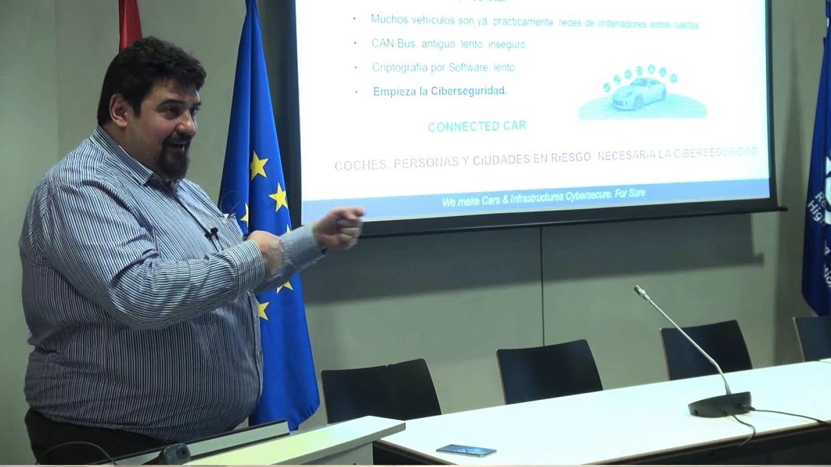 Alfonso Ranero impartiendo una conferencia de ciberseguridad.
