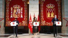 La presidenta de la Comunidad de Madrid, Isabel Díaz Ayuso; el alcalde de Madrid, José Luis Martínez-Almeida, y el consejero de Sanidad de la Comunidad, Enrique Ruiz Escudero. (Foto: Efe)