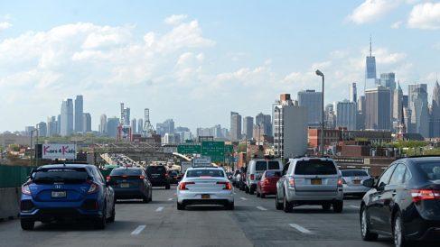 Un atasco en una de las carreteras que llegan a Manhattan, cuyo skyline se puede ver al fondo. Foto: AFP