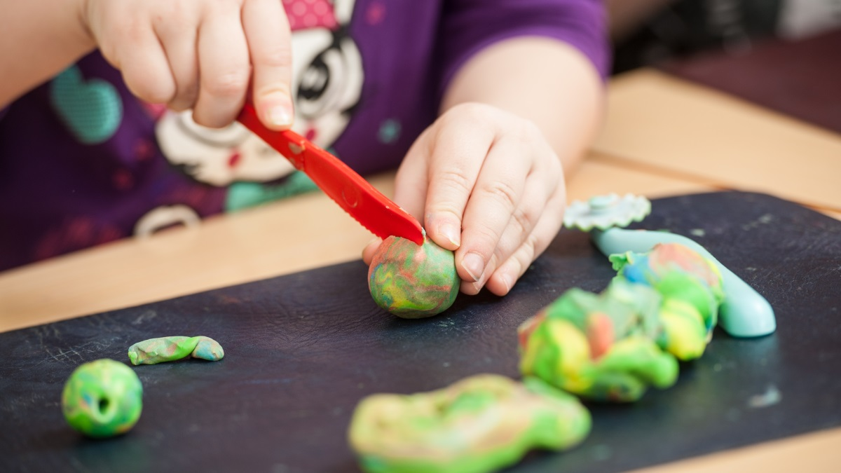 A los niños les encanta jugar con plastilina