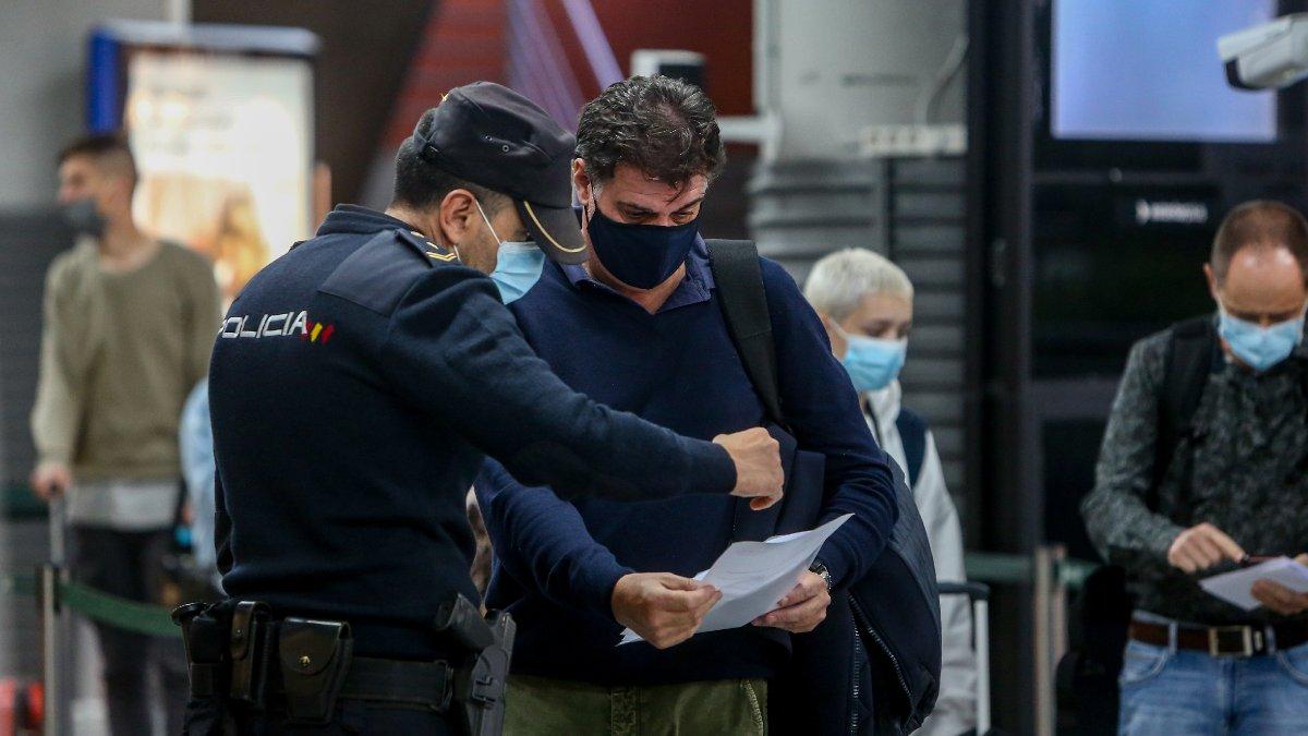 Un agente de la Policía Nacional realiza un control a un viajero en Atocha. Foto EP