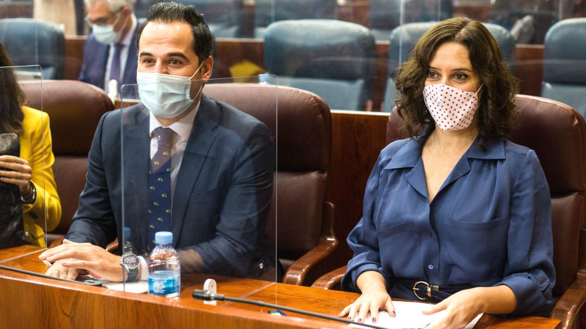 El vicepresidente de la Comunidad de Madrid, Ignacio Aguado; y la presidenta de la Comunidad de Madrid, Isabel Díaz Ayuso, durante una sesión plenaria en la Asamblea de Madrid.