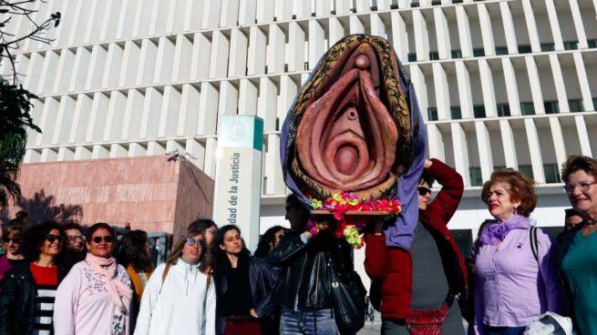 Juzgan a una mujer por hacer una procesión con una vagina de plástico en Málaga el 8-M.