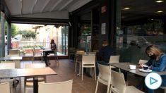 Varias personas en el interior de un bar ubicado en la plaza de Santa Eugenia, en Gerona. Foto: EP