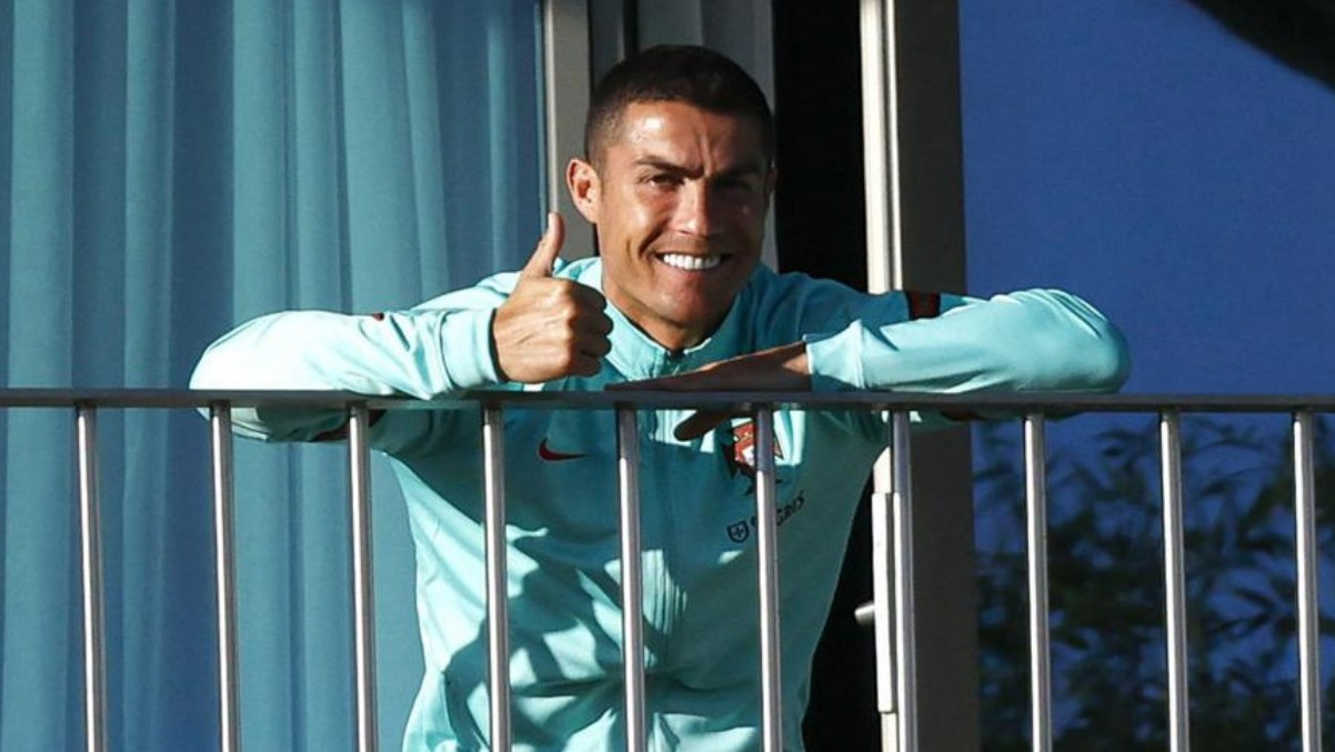 Cristiano, en la terraza del hotel en la concentración de Portugal. (EFE)