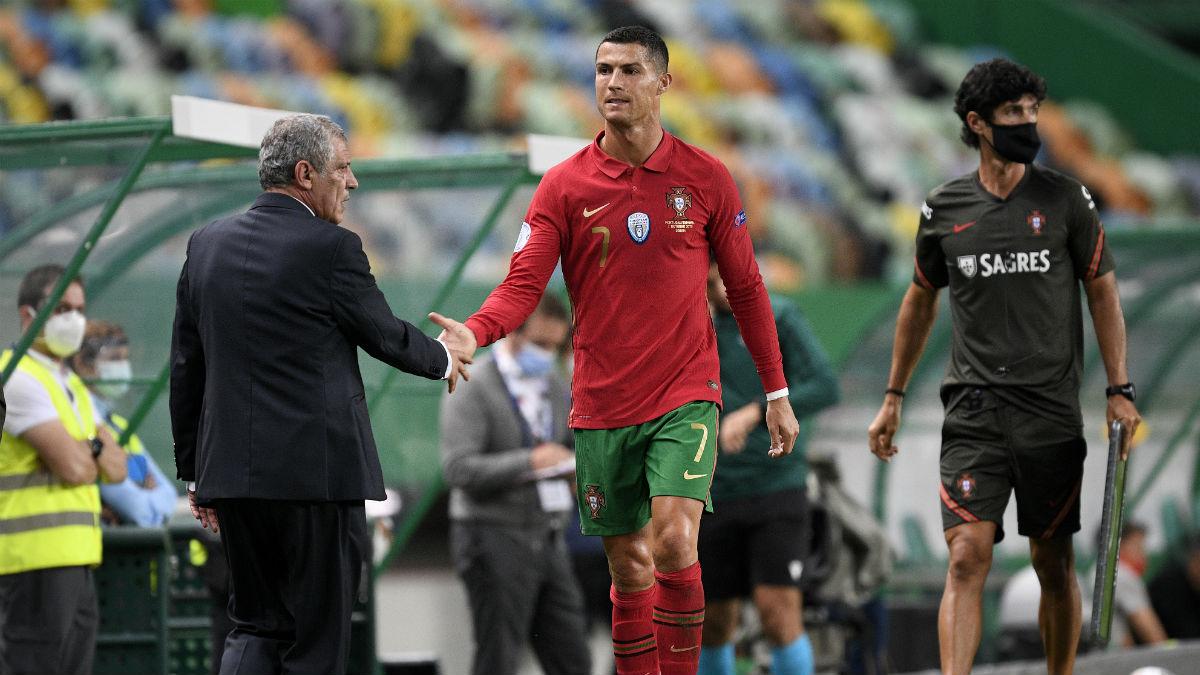 Cristiano Ronaldo saluda a Fernando Santos, seleccionador de Portugal. (Getty)