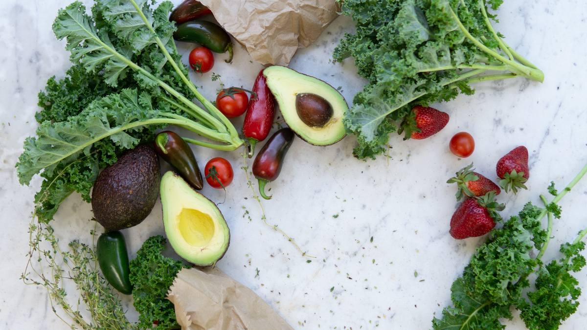 Receta de Ensalada de hierbas silvestres y frutas