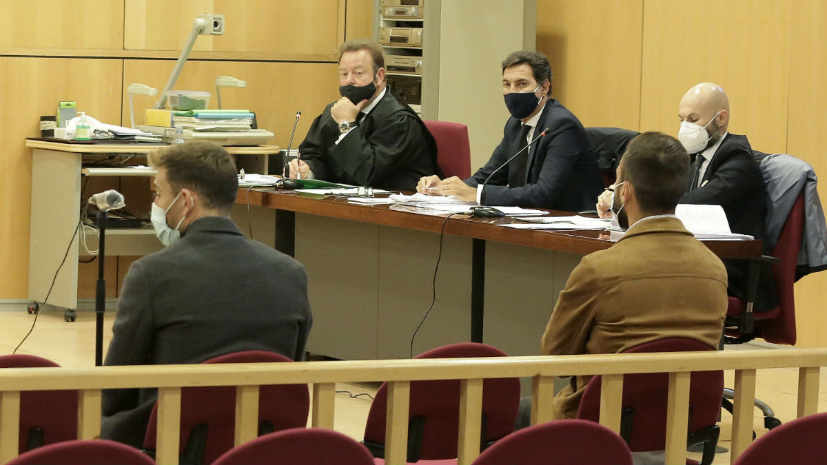 Sergi Enrich y Antonio Luna, en el Juzgado de lo Penal número 3 de San Sebastián. (EFE)