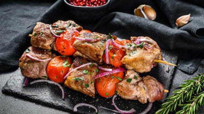 Brochetas de cordero a la griega, receta de carne fácil de preparar