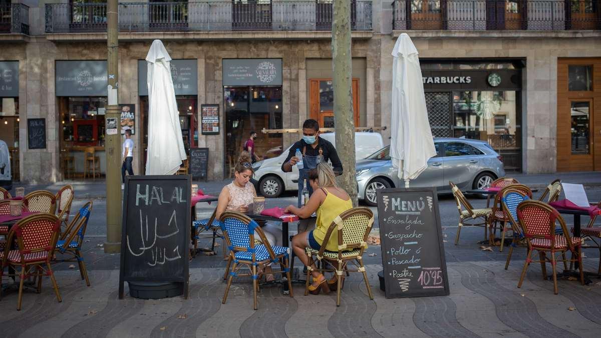 Dos mujeres comen en la terraza de un bar en Barcelona. Foto: EP