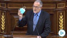 El diputado de Vox Juan Luis Steegmann enseña a Illa cómo guardar la mascarilla para no contaminar.