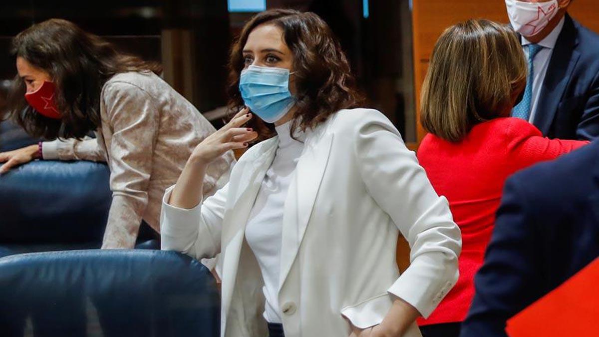 La presidenta regional, Isabel Díaz Ayuso, a su llegada al pleno de la Asamblea de Madrid. Foto: EFE