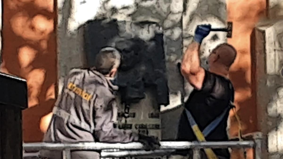 Operarios retirando la placa de Largo Caballero en en la Junta Municipal de Chamberí, Madrid. (Foto: Twitter Rita Maestre)