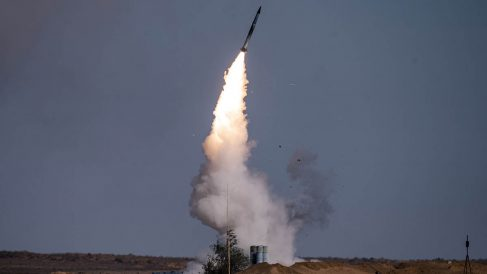 Un misil ruso S-400 despega durante unas recientes maniobras conjuntas de Rusia, China e Irán.