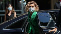 La presidenta del Congreso, Meritxell Batet, bajando del coche oficial. (Foto: EP)
