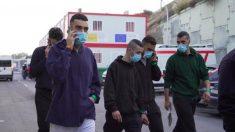 Vox denuncia que el Gobierno entrega ropa y teléfonos móviles a los inmigrante ilegales acogidos en Almería.