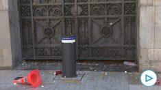Lanza huevos contra el Ayuntamiento de Barcelona.